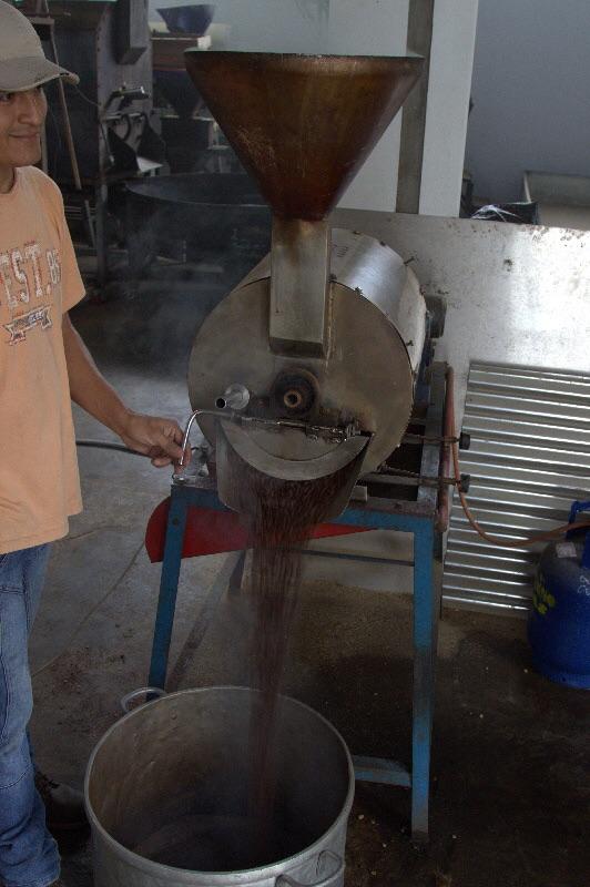 Kaffeeduft erfüllt den Raum wenn der Kaffee aus der Röstmaschine fällt.