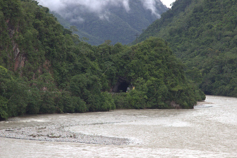 Die Straße Richtung Satipo durch einen Tunnel.