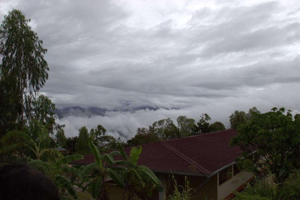 Blick übers Tal am MOrgen mit Wolkendecke.