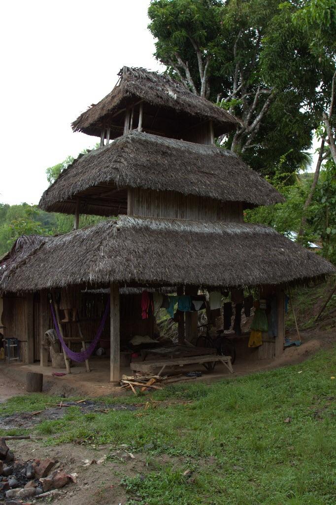 Ein typisches Ashaninka Haus, drei Stockwerke, oben die Schlafzimmer und unten der offene Wohnraum.